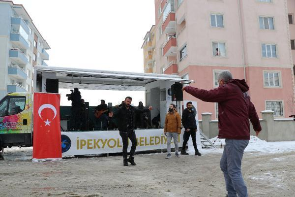 Van'da kısıtlamada evde kalanlara kar altında sokak konseri; balkonda ve camda eğlendiler