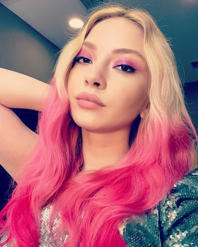 Genç şarkıcı Ece Seçkin, saçlarını mor renge boyattı
