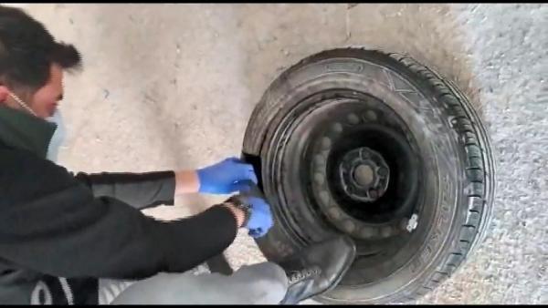 Otomobil lastiğinden 1 kilo kokain çıktı