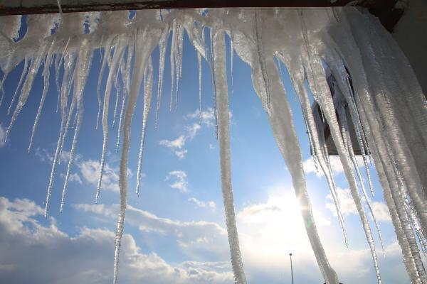 Yüksekova'da 6 metrelik buz sarkıtları