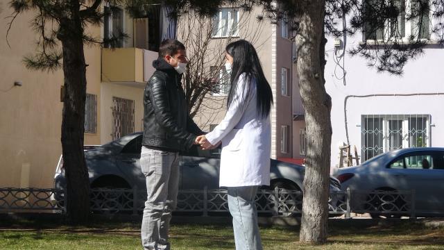 Bayılma numarası yapan genç, hemşire sevgilisine evlilik teklifi etti