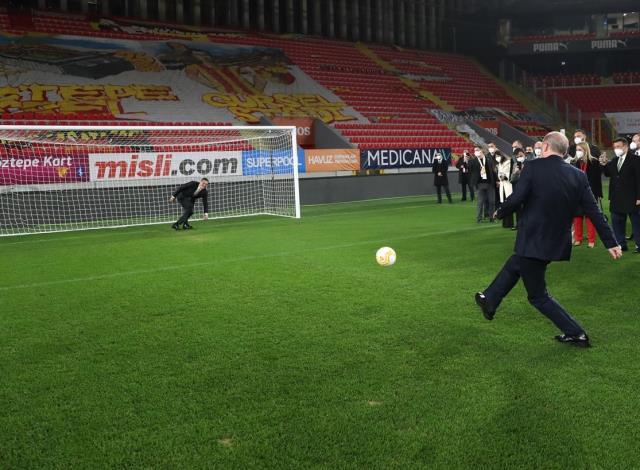 Cumhurbaşkanı Erdoğan CHP'nin kalesinde sahaya indi: Durmak yok, gollere devam