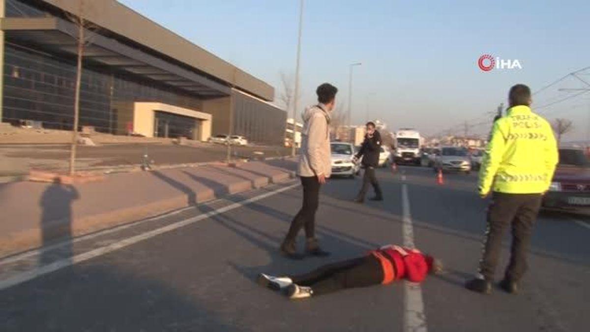 Araçtakilerle tartışan genç kız, kendisini seyir halindeki otomobilden attı