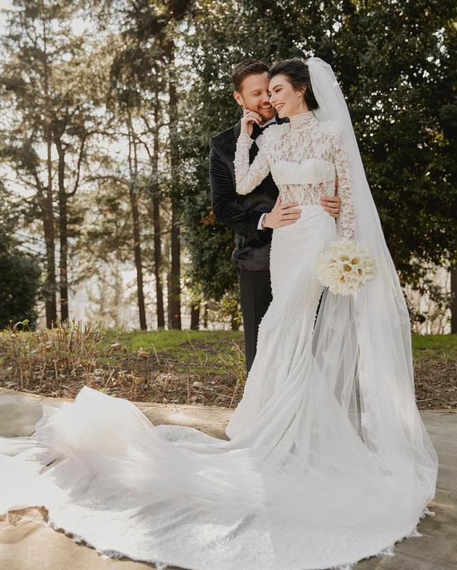 Sinan Akçıl ile ikinci kez evlenen Burcu Kıratlı'nın gelinliği sevenlerinden tam not aldı