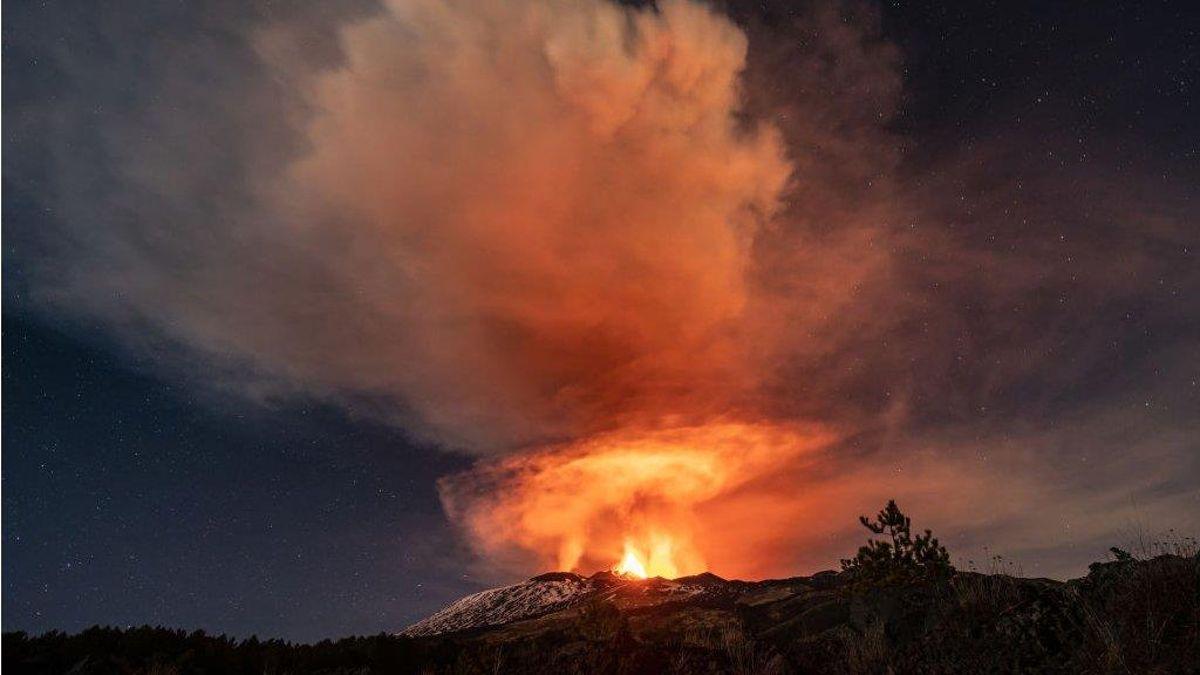 Fotoğraflarla: Etna Yanardağı'ndaki patlamalar Sicilya gecelerini aydınlatıyor