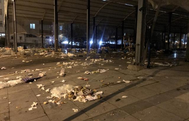 Maltepe'de grev yapan işçilerle belediye görevlileri arasında çöp toplama gerginliği