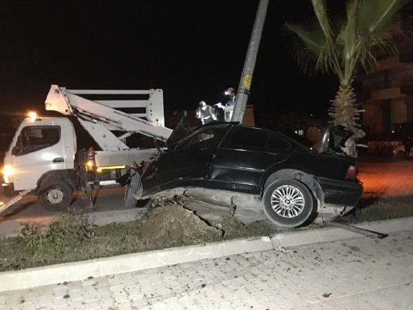 Otomobil, aydınlatma direğine çarptı: 1 yaralı