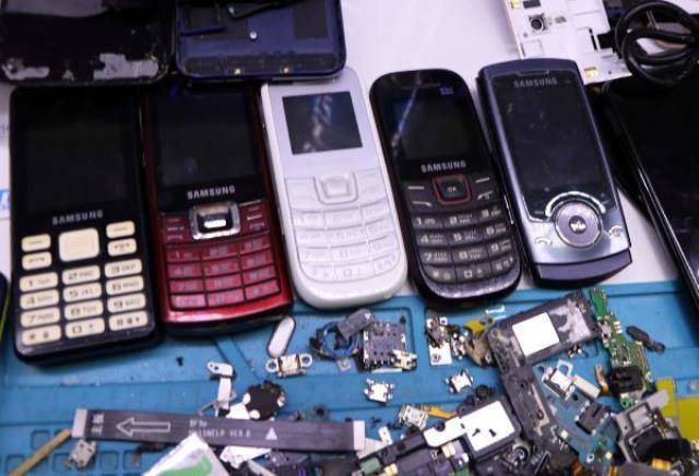 Kamerasız ve tuşlu telefonlara rağbet patladı! Telefonculardaki stoklar neredeyse tükendi
