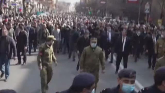 Son Dakika! Ermenistan Başbakanı Paşinyan, Erivan sokaklarında destekçileriyle bir araya geldi