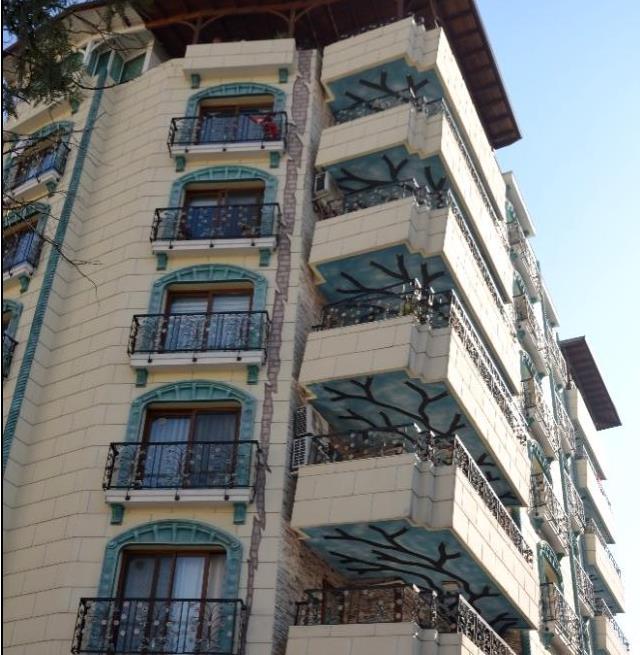 İlginç mimarisiyle 'çöküyormuş hissi veren' apartman görenleri hayrete düşürüyor