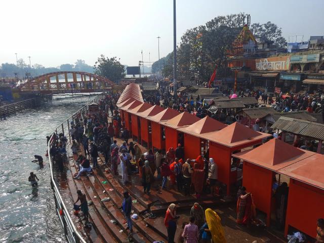 Kovid-19 salgınına rağmen Hindistan'da milyonlarca kişi Triveni Sangam Nehri'nde yıkanmaya devam ediyor