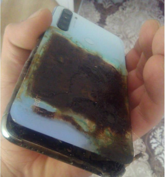 Uyuduğu sırada cep telefonu patlayan genç, kolundan yaralandı