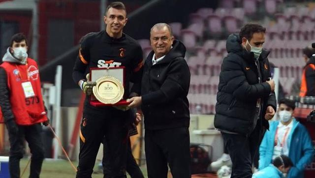 Fernando Muslera made his 300th match against Galatasaray in the league