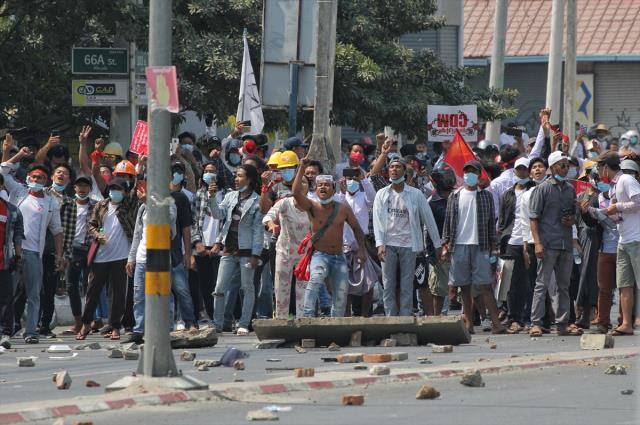 Myanmar'daki darbe karşıtı protestolara müdahalede en az 18 kişi hayatını kaybetti