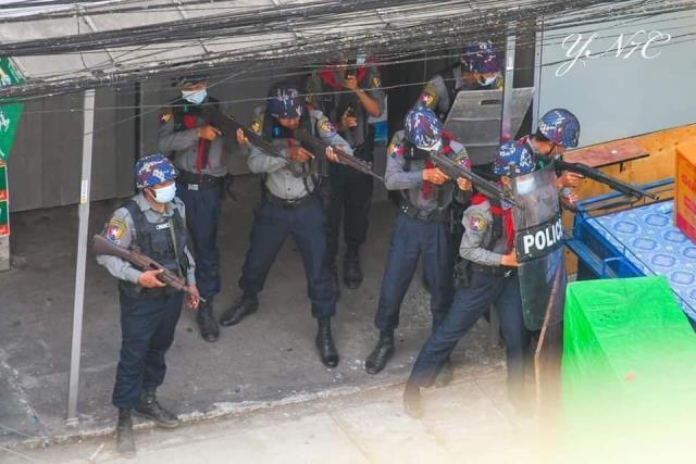 Ordunun yönetime el koyduğu Myanmar'da gerilim tırmanıyor: Polis bir göstericiyi vurarak öldürdü
