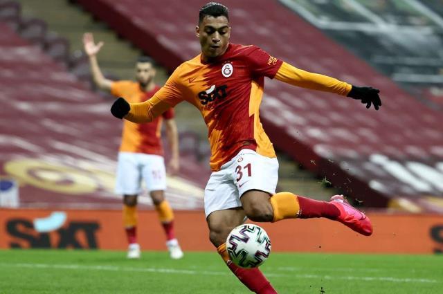 A striking example of Mostafa Mohamed with his hard shots, Gerrard and Batistuta