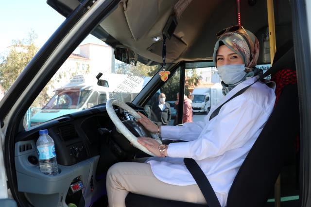 Dolmuş şoförlüğüne başlayan genç kız, yolcuları şaşırtıyor