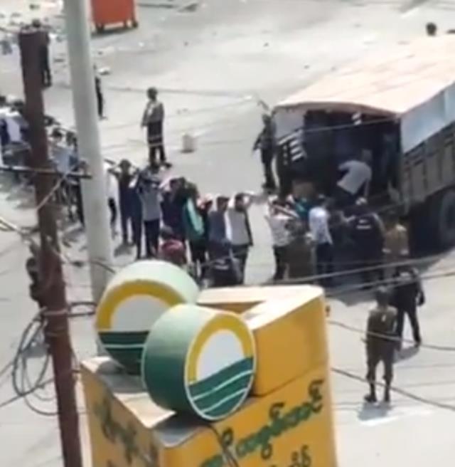 Askeri darbeyle sarsılan Myanmar'da güvenlik güçleri gerçek mermi kullandı: 6 protestocu hayatını kaybetti