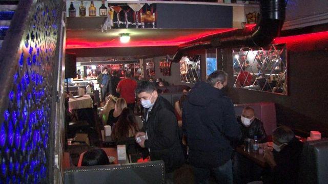 İhbarda bulunan kadına yardıma giden polis, gece kulübünde eğlenen şahıslarla karşılaştı