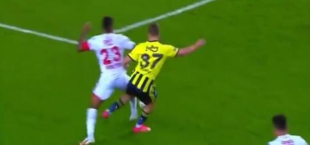 Antalyasporlular verilmeyen penaltı sonrası maçın hakemine büyük tepki gösterdi