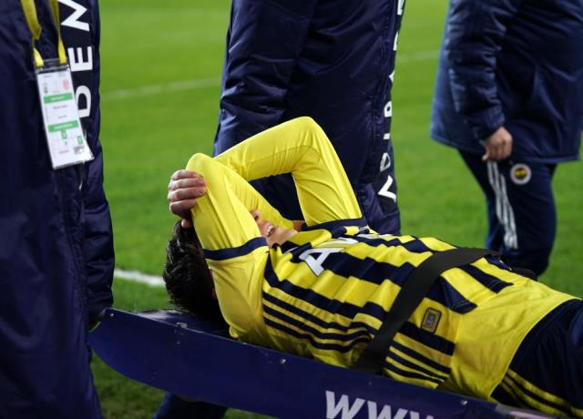 Mesut Özil in Fenerbahçe got injured in Antalyaspor match and left the playing field with a stretcher