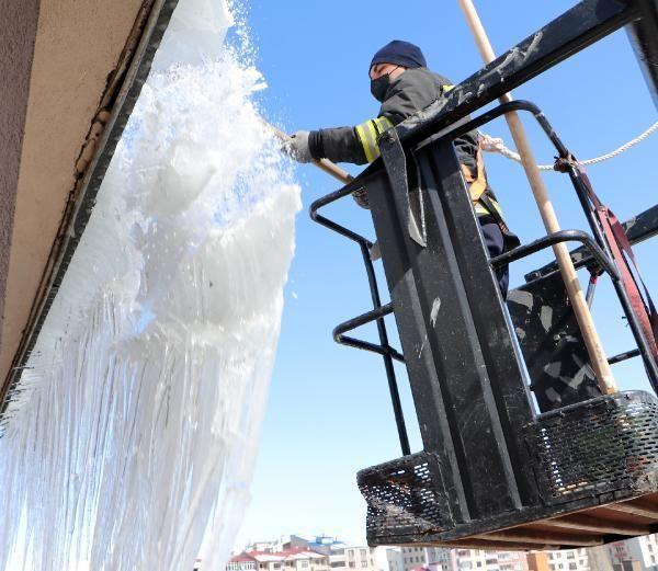 Erzurum'da, itfaiyecilerin metrelerce yükseklikte 'buz' mesaisi
