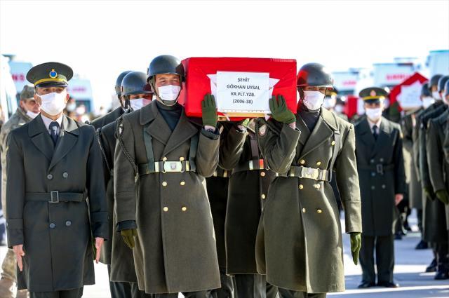 Her birinin hikayesi yarım kaldı! Bitlis'te şehit olan askerlerimiz için 8. Kolordu Komutanlığı'nda tören düzenlendi