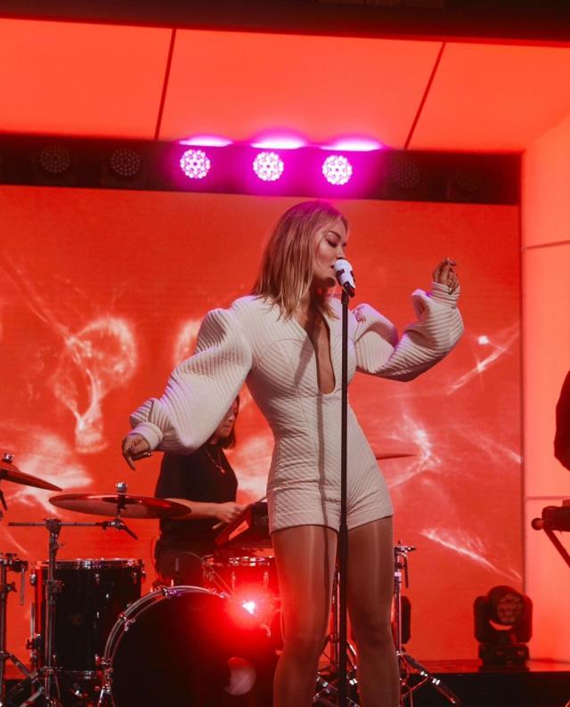Karantina kurallarını ihlal edince tepki çeken Rita Ora, jürisi olduğu programdan kovuldu