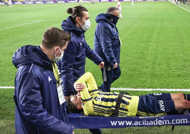 The last photo of Mesut Özil made the fans hurt!  Can stand on crutches