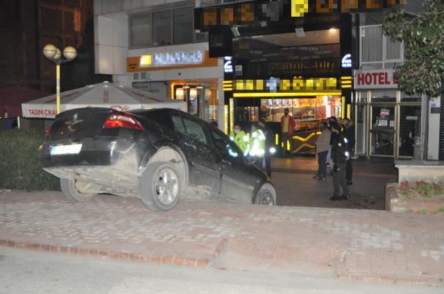 Son dakika haber! Kaza yapan iki arkadaş, hiçbir şey olmamış gibi restoranda yemek yedi