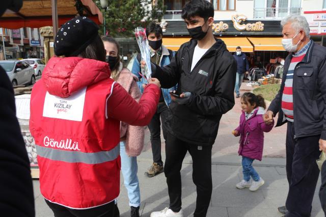 2020'de kadın cinayetinin yaşanmadığı kentimizde erkeklere çiçek dağıtıldı
