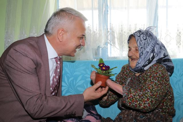 Evliliklerinin 8'inci ayında kocası tarafından elleri kesilen Ayşe nine, 72 yıldır yaşam mücadelesi veriyor