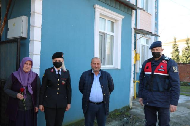 Son dakika haberi! Samsun'da jandarmadan kadınlara karanfil