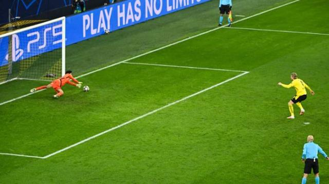 Cüneyt Çakır'dan ilginç karar! Borussia Dortmund-Sevilla maçına damga vurdu