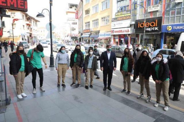 Vali Aydoğdu, müzik zevkini sorduğu kız öğrencilerden 'Müslüm Gürses' cevabını alınca şaşırdı