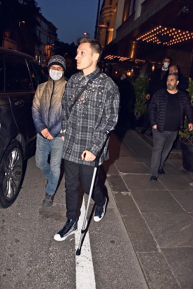 Antalyaspor maçında sakatlanan Mesut Özil koltuk değnekleriyle görüntülendi