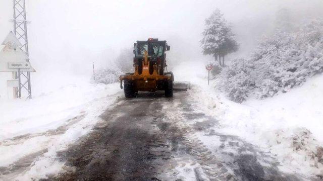 Manisa'nın yüksek kesimlerinde karla mücadele devam ediyor