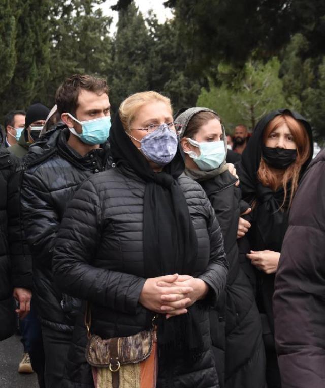 Oyuncu Bige Önal, hayatını kaybeden babası Erhan Önal'ı gözyaşları içinde son yolculuğuna uğurladı