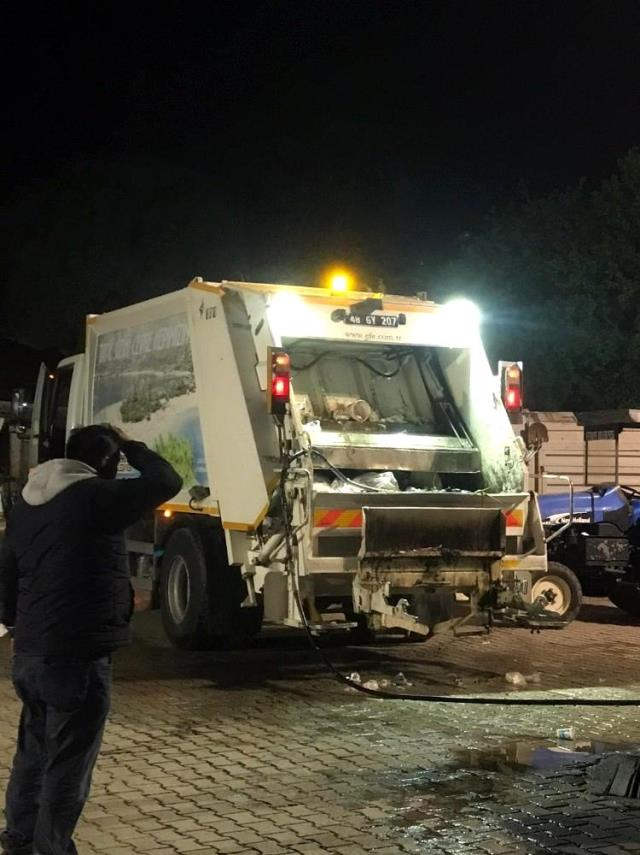 Fethiye'de çöp kamyonunda patlayan madde işçinin yüzünü yaktı