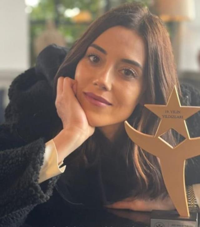 Yılın en beğenilen kadın dizi oyuncusu seçilen Cansu Dere, ödülüyle poz verdi