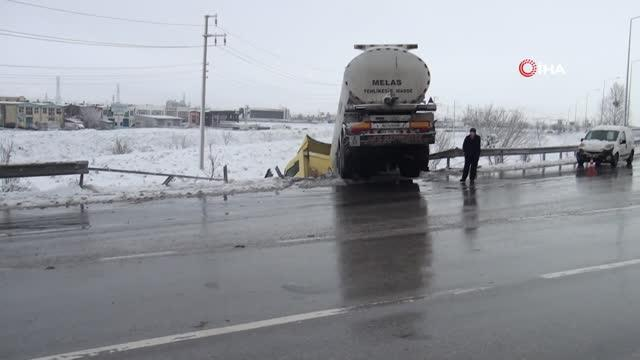 Buzlanma nedeniyle kayan tanker bariyerleri yıkıp şarampolde askıda kaldı