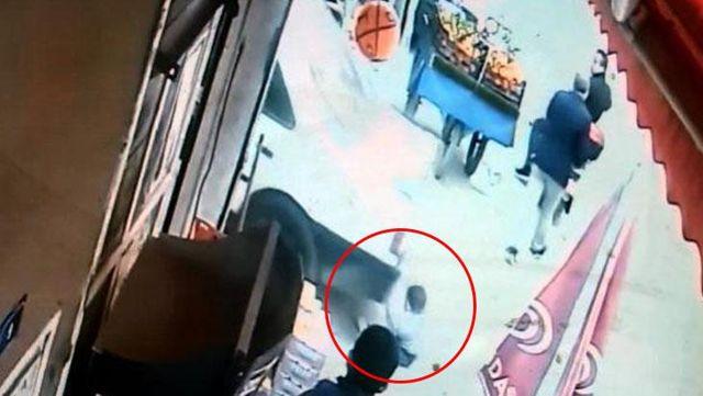 Otomobilin altında kalan çocuğun inanılmaz kurtuluşu kameralara yansıdı