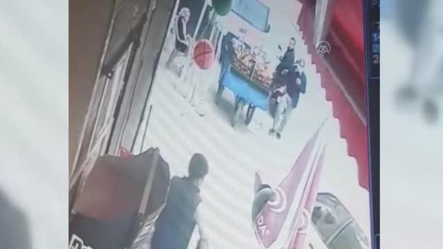 Otomobilin altında kalan çocuğun kurtulması kamerada