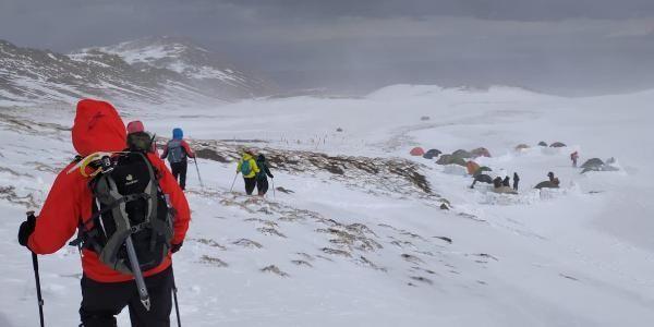Süphan'a zirve tırmanışında tipiye yakalanandağcılar, buz adama döndü