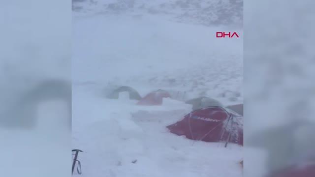 Süphan'a zirve tırmanışında tipiye yakalanan dağcılar, buz adama döndü