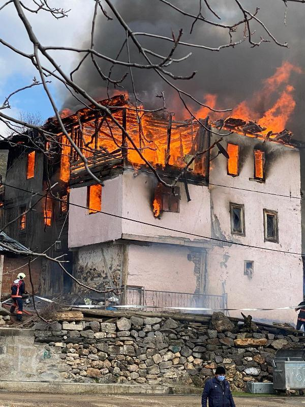 Son dakika... Ankara'da, 3 katlı ahşap evde yangın