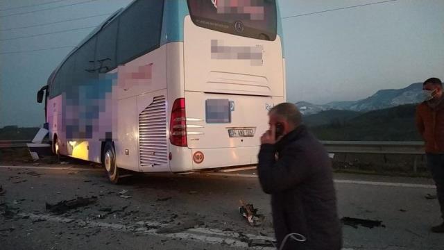 Düzcede otobüs ile otomobil çarpıştı: 3 ölü, 11 yaralı