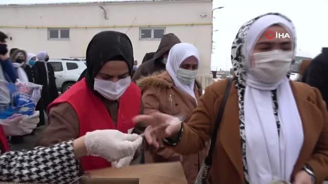 Kızılay Kadın Kolları gönüllüleri Berat Kandili nedeniyle helva dağıttı