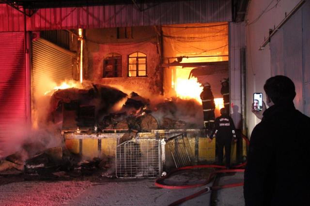 Kütahya'daki depo yangınını söndürme çalışmaları sürüyor