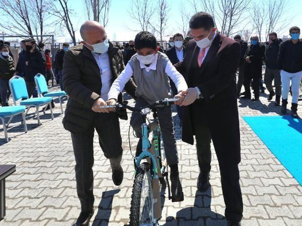 SPOR Bakan Kasapoğlu'nun söz verdiği bisikletler Ağrı'daki öğrencilere dağıtıldı